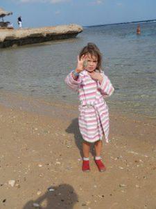 mit leguanito Barfußschuhen sicher über den steinigen Strand